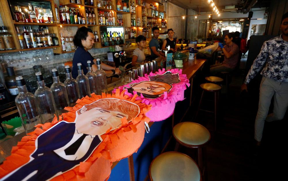 Piniaty Trumpa i Kim Dzong Una w jednej z restauracji w Singapurze