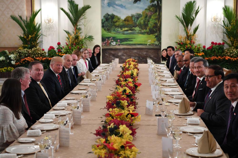 Donald Trump i premier Singapuru Lee Hsien Loong podczas uroczystej kolacji