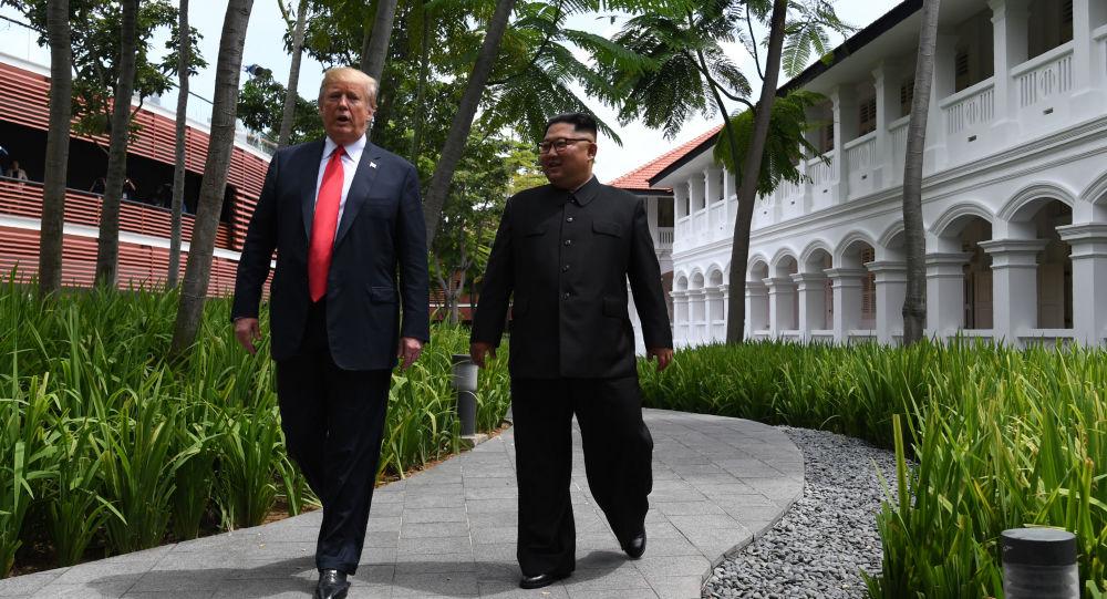 """Prezydent USA Donald Trump i przywódca Korei Północnej Kim Dzong Un na spotkaniu w Singapurze w ramach szczytu """"USA-Korea Północna"""""""