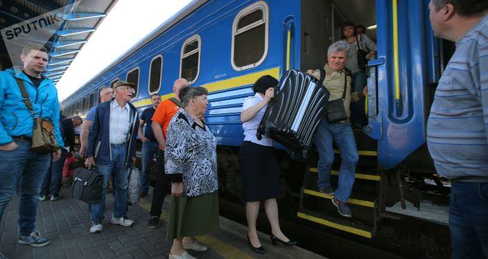 """Pasażerowie pociągu №005 """"Ukraina"""" na trasie Moskwa-Kijów na peronie Dworca Centralnego w Kijowie"""