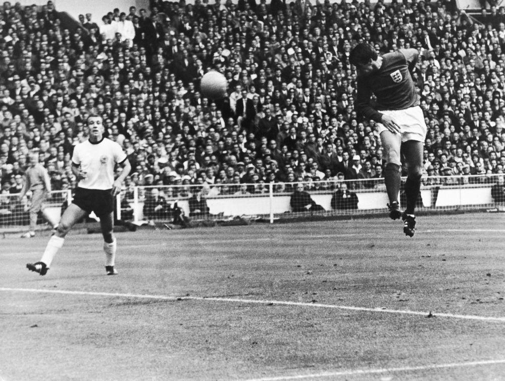 Angielski napastnik strzela gola w finałowym meczu Mistrzostw Świata w Piłce nożnej, 1966 rok