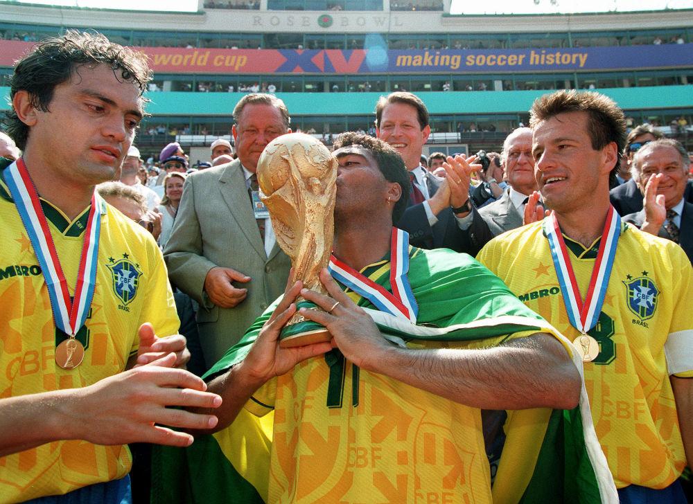 Brazylijscy piłkarze po zwycięskim meczu z Włochami w finale Mistrzostw Świata w Piłce nożnej, 1994 rok