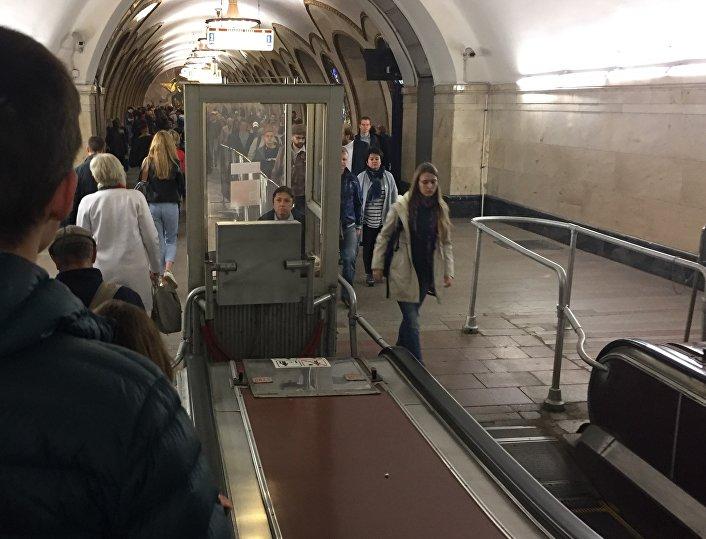 Kobieta w budce na stacji moskiewskiego metra