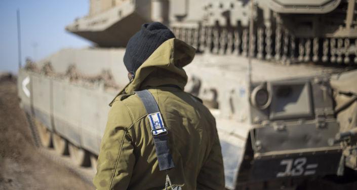 Izraelski wojskowy na Wzgórzach Golan w okolicach syryjskiej granicy
