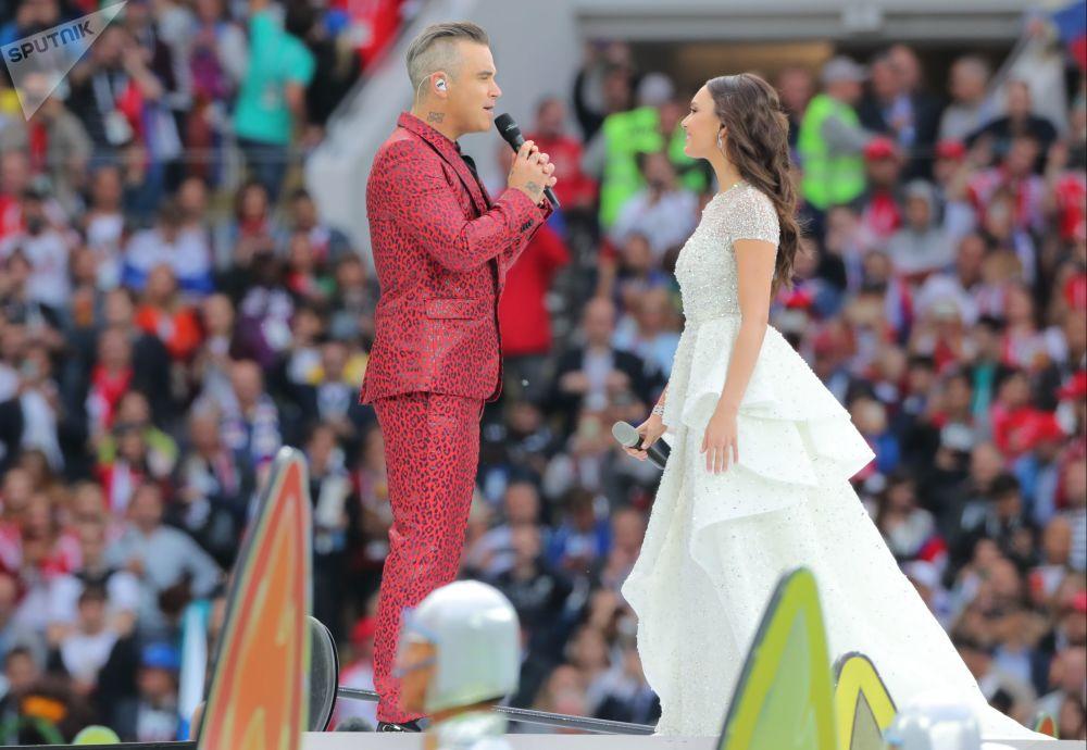 Piosenkarz Robbie Williams i śpiewaczka operowa Aida Garifullina śpiewają podczas otwarcia MŚ 2018