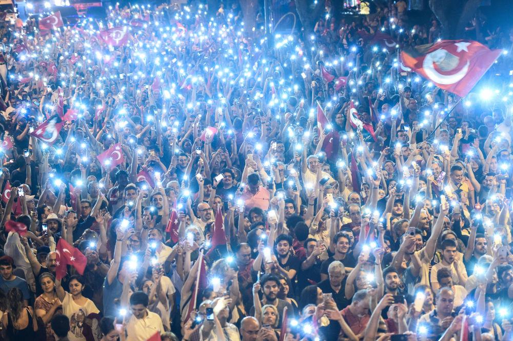 Zwolennicy kandydata na prezydenta Turcji z opozycyjnej Republikańskiej Partii Ludowej Muharrema Inje włączają latarki na telefonach komórkowych podczas wiecu w Stambule