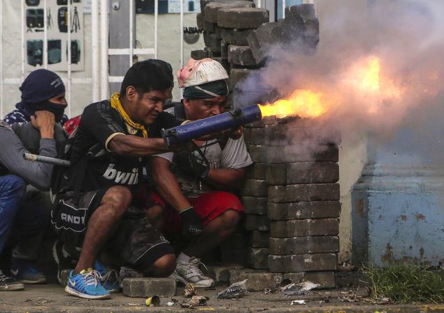 Antyrządowi demonstranci podczas starć z policją na barykadach w mieście Masaja, Nikaragua