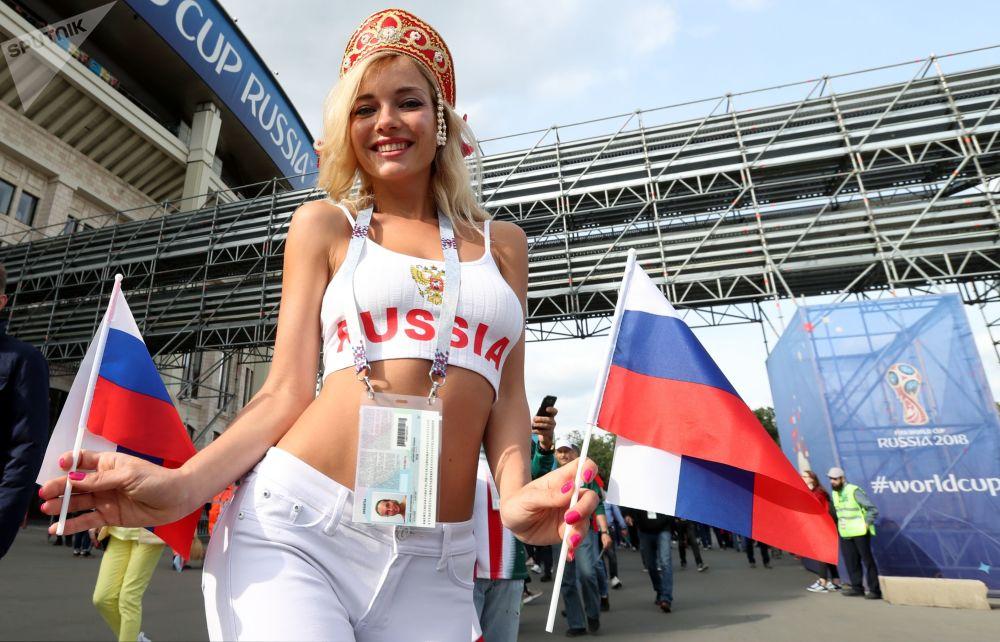 Fanka reprezentacji Rosji przed meczem etapu grupowego Pucharu Świata w piłce nożnej pomiędzy reprezentacjami Rosji i Arabii Saudyjskiej