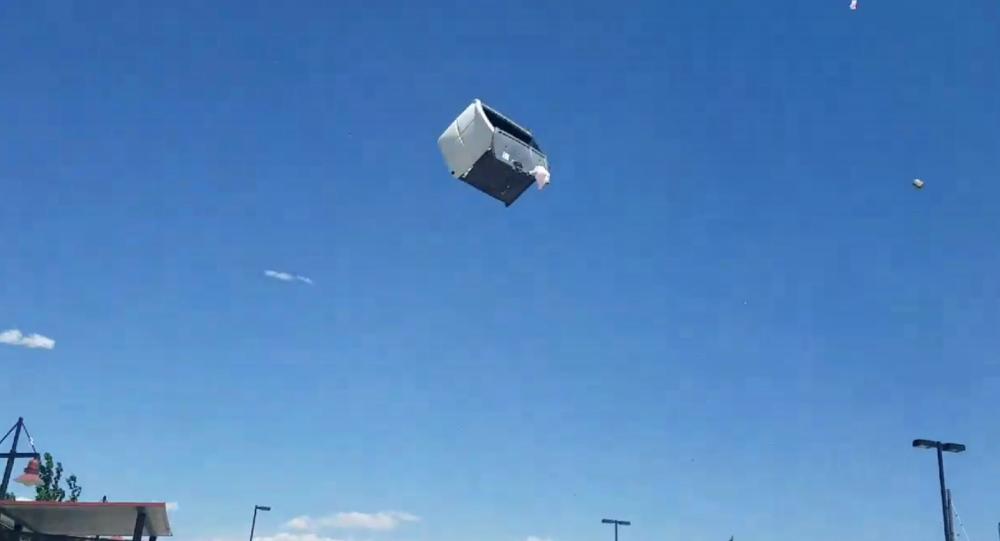 Toaleta porwana przez wiatr w Commerce City, USA