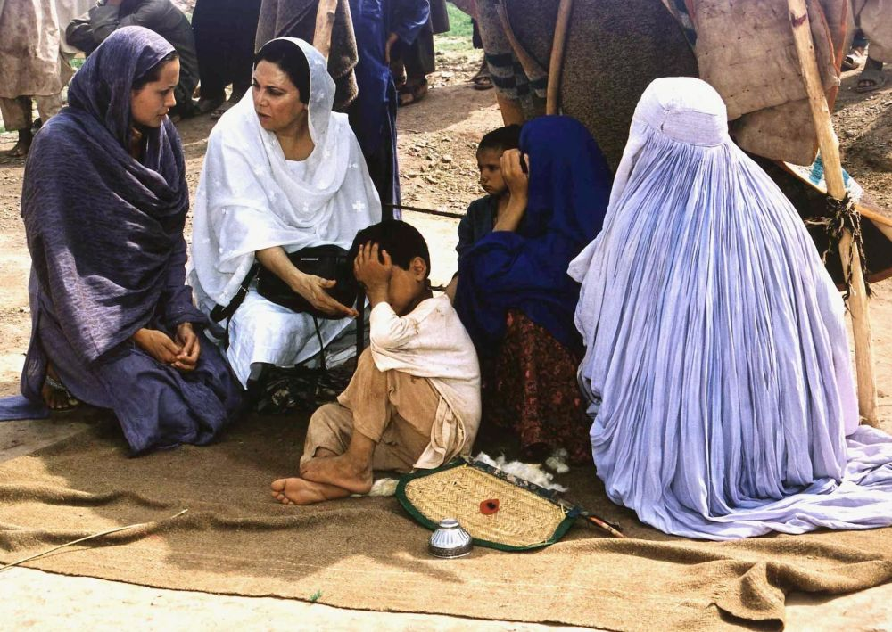 Angelina Jolie w obozie dla afgańskich uchodźców w Pakistanie, 2001 r.