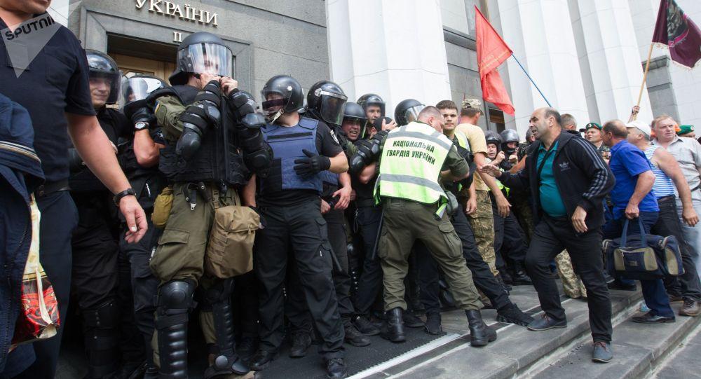Starcia protestujących z policją przed Radą Ukrainy w Kijowie