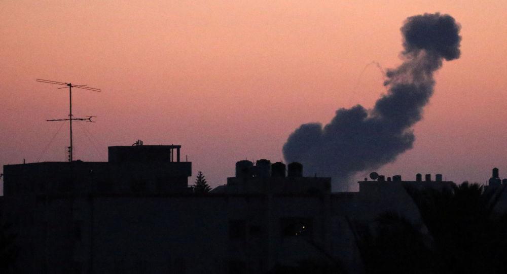 Dym po nalocie izraelskich sił powietrznych na Strefę Gazy