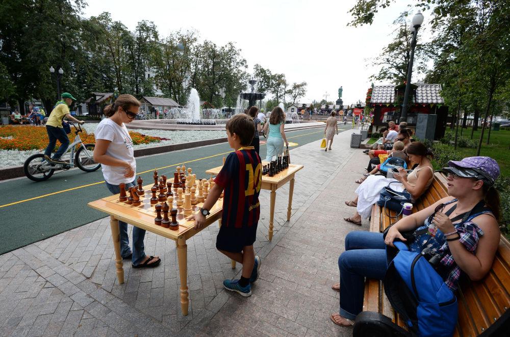 Dzieci grają w szachy podczas festiwalu Lato moskiewskie. Festiwal konfitury