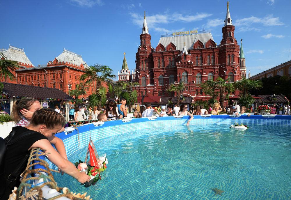 Mieszkańcy przy basenie w podczas festiwalu Lato moskiewskie. Festiwal konfitury