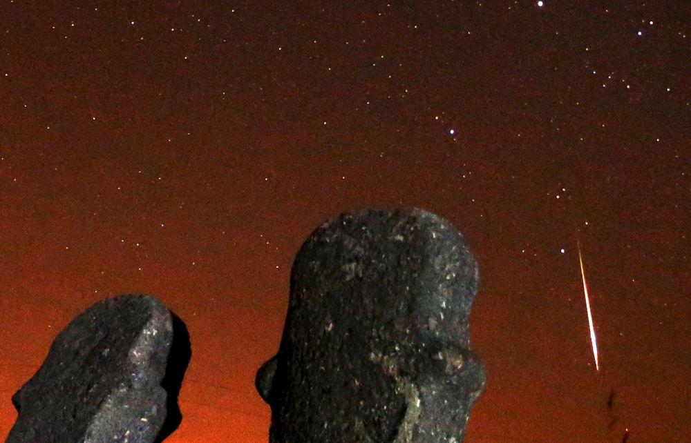 Rój meteorów Perseidy przecina gwiezdne niebo