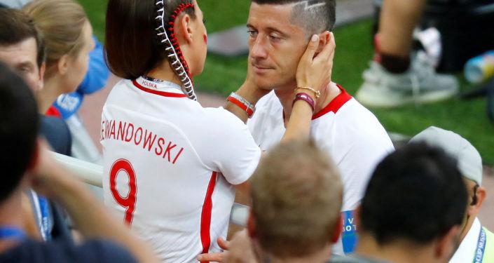 Robert Lewandowski z żoną Anną Lewandowską po przegranym meczu z Senegalem, 19 czerwca 2018