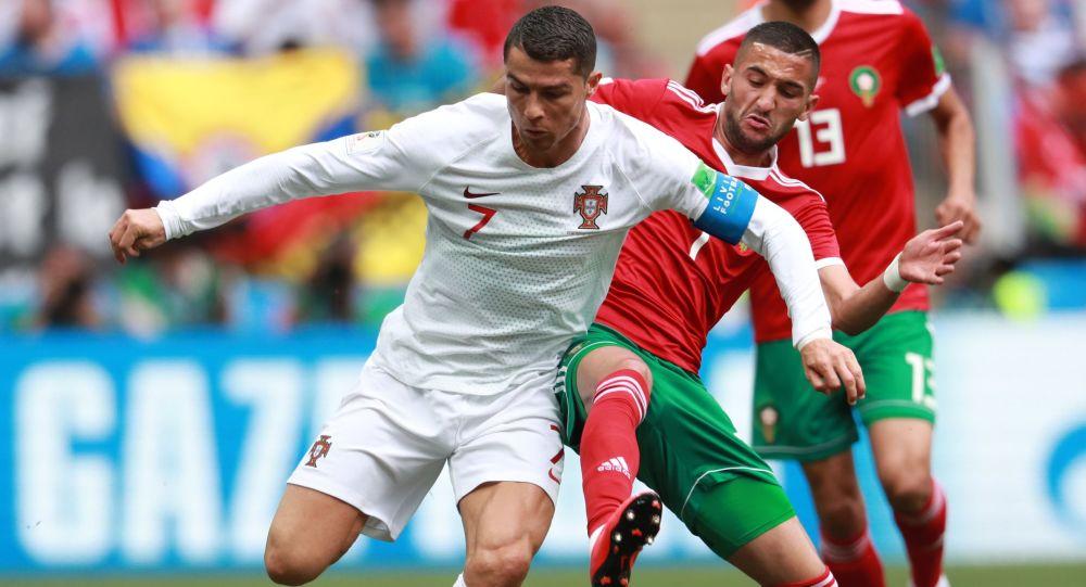 Cristiano Ronaldo i Hakim Ziyech na meczu fazy grupowej mistrzostw świata w piłce nożnej między drużynami Portugalii i Maroka