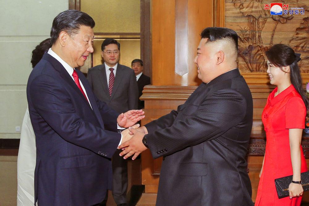Prezydent Chin Xi Jinping podaje rękę Kim Dzong Unu