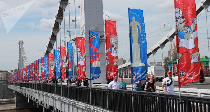 Flagi z symbolami mistrzostw świata w piłce nożnej 2018 na Moście Krymskim w Moskwie