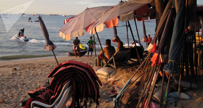 Turyści na plaży Pattaya