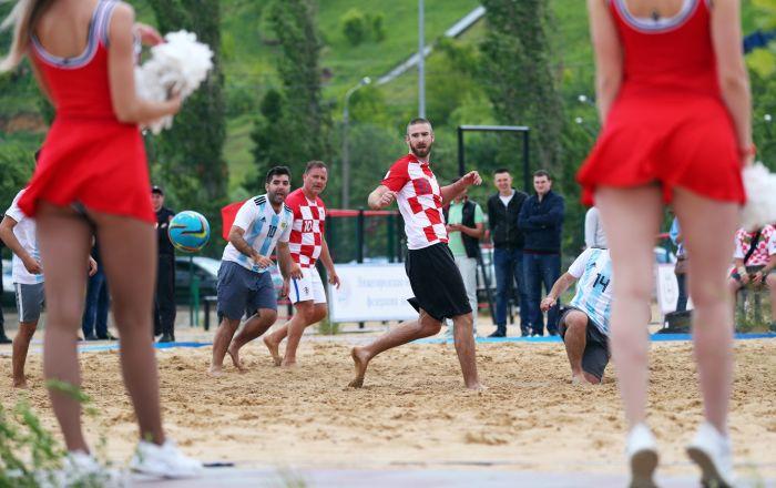 Mecz towarzyski piłki plażowej pomiędzy kibicami Argentyny i Chorwacji w Niżnym Nowogrodzie
