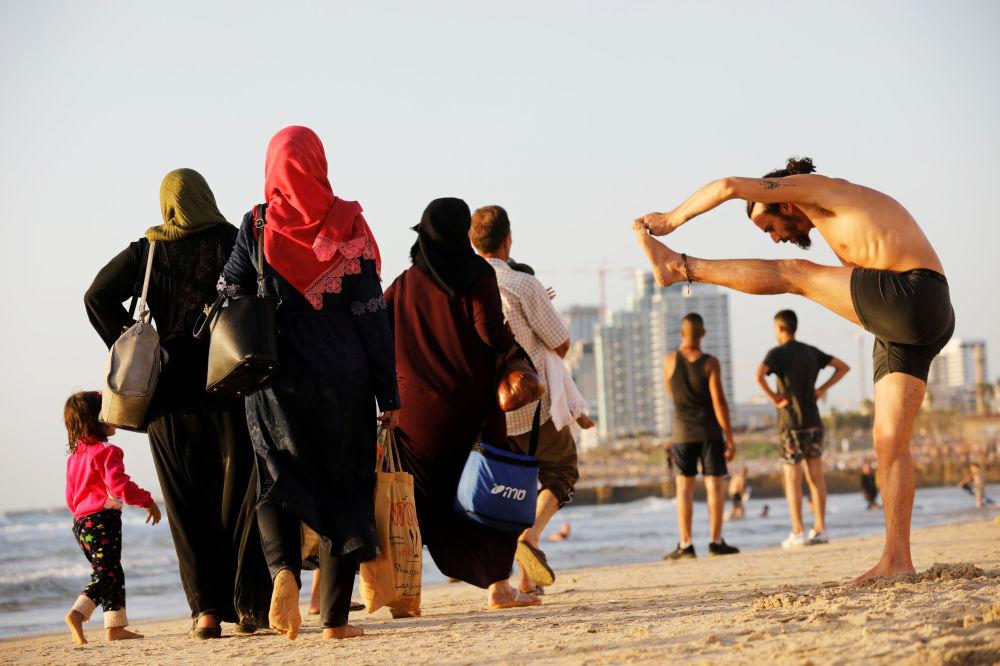 Muzułmańskie święto Uraza Bayram na plaży w Tel Awiwie, Izrael