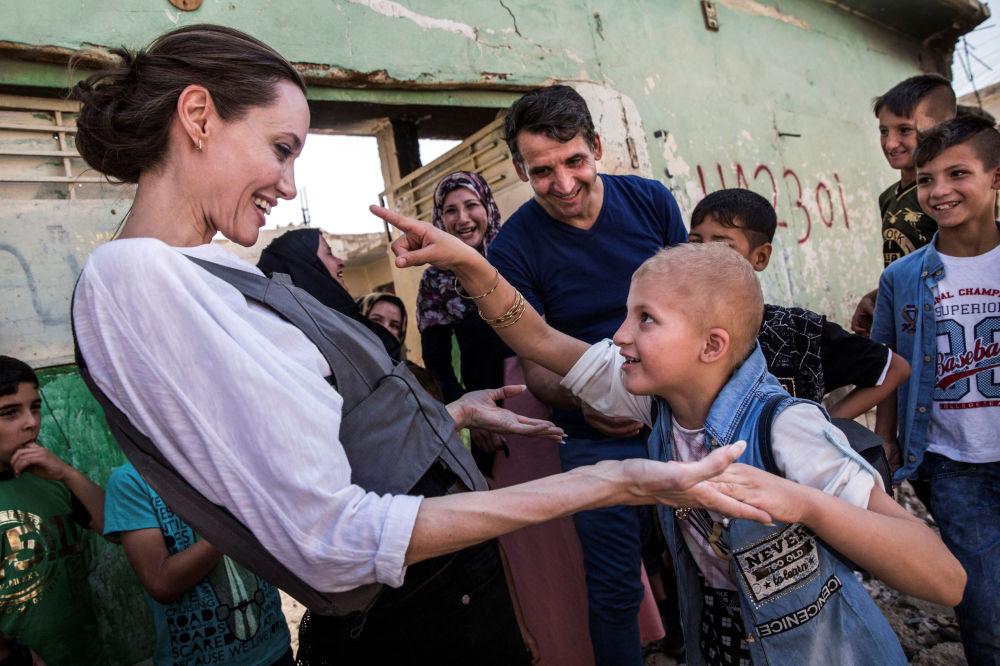 Aktorka i ambasador dobrej woli ONZ Angelina Jolie i 8-letni Falak podczas ich spotkania w Mosulu w Iraku