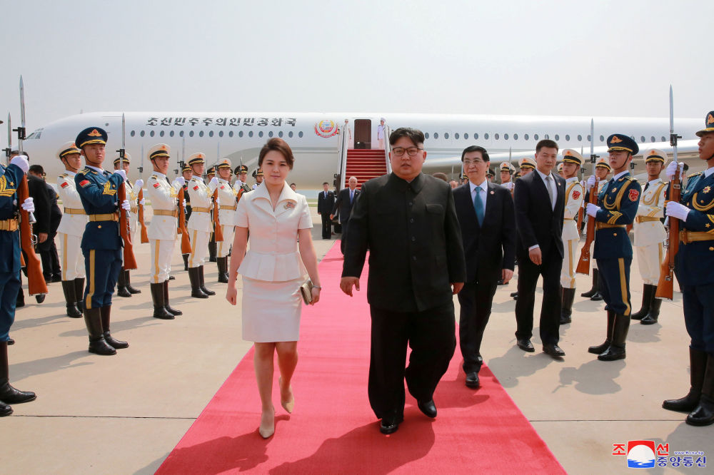 Przywódca KRLD Kim Dzong Un i jego żona Li Sol Zhu podczas wizyty w Chinach