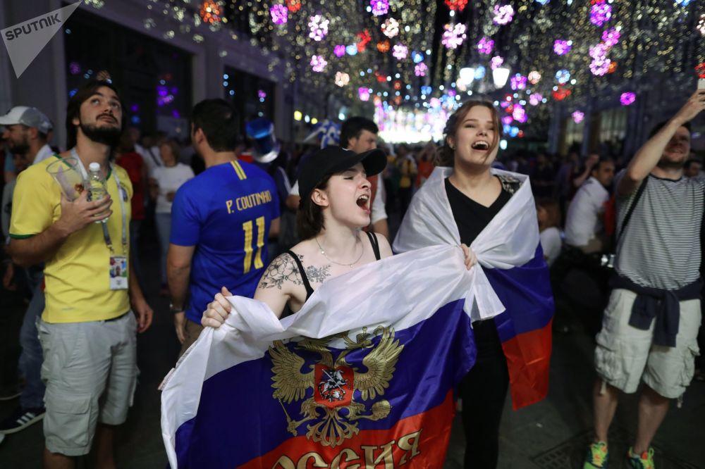 Kibice reprezentacji Rosji cieszą się ze zwycięstwa w meczu fazy grupowej Pucharu Świata pomiędzy rosyjskimi i egipskimi reprezentacjami na ulicy Nikolskaja w Moskwie