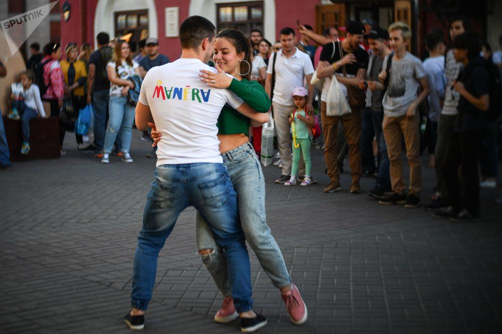 Para turystów tańczy na ulicy w Kazaniu