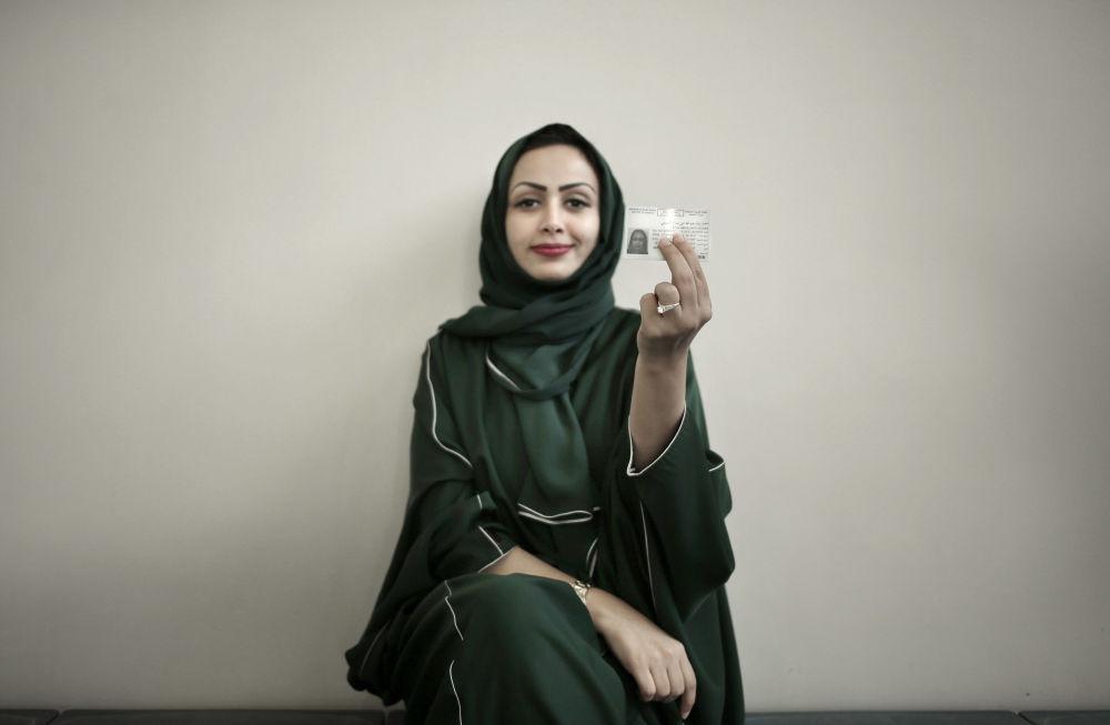 Kobieta pokazuje licencję na swój nowy samochód , Arabia Saudyjska