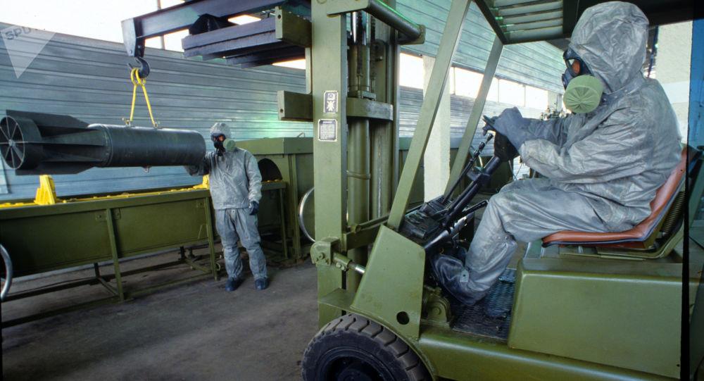 Przygotowanie do demonstracji technologii zniszczenia broni chemicznej. Zdjęcie archiwalne