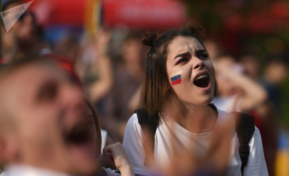 Kibicka w strefie kibica podczas meczu Urugwaj-Rosja