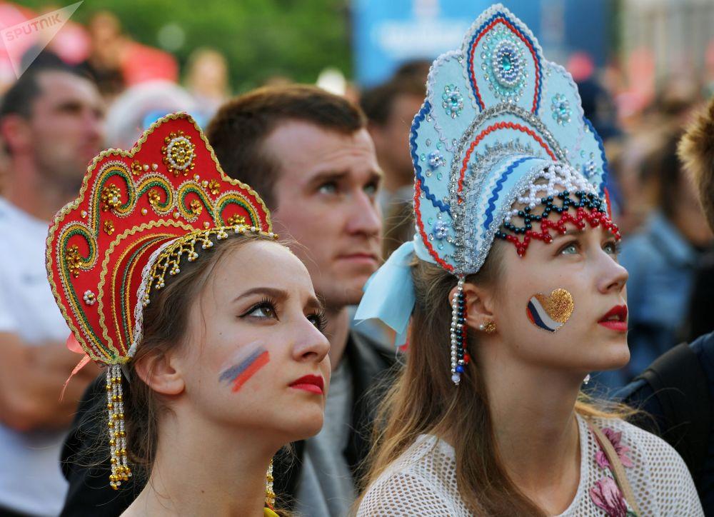 Kibicki rosyjskiej reprezentacji w strefie kibica podczas meczu Urugwaj-Rosja