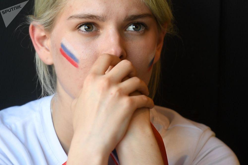 Kibicka rosyjskiej reprezentacji ogląda w barze mecz Urugwaj-Rosja