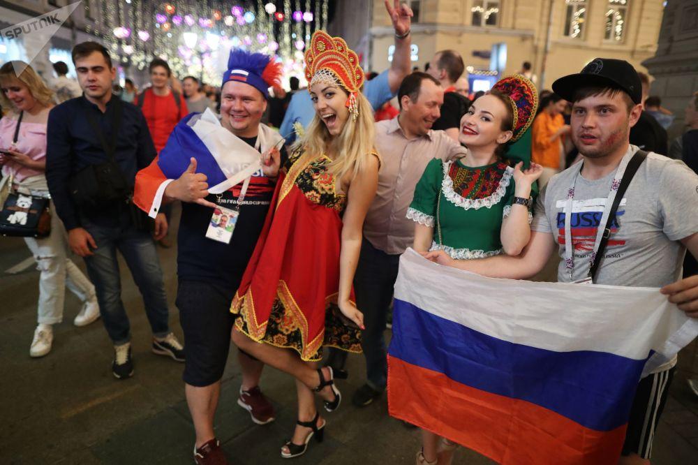 Kibicki rosyjskiej reprezentacji po zwycięskim meczu Rosji, która grała z Urugwajem