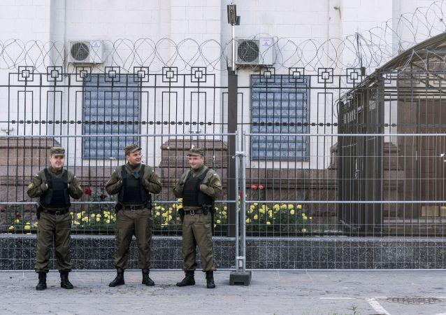 Pracownicy służby bezpieczeństwa pod ambasadą Rosji w Kijowie. Zdjęcie archiwalne