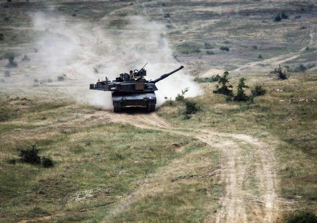 Czołg amerykańskiej armii M1A2 Abrams w czasie wspólnych manewrów z armią Bułgarii