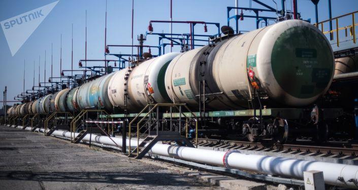 Cysterny z ropą naftową