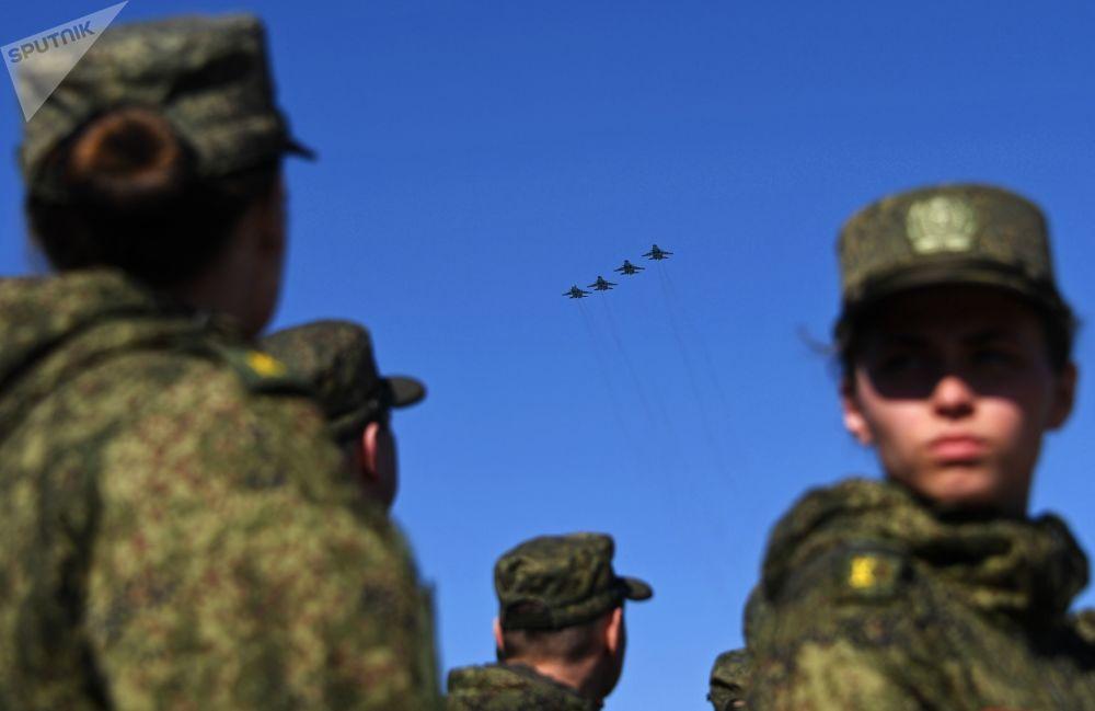 Samoloty Su-34 podczas próby przed Dniem Zwycięstwa