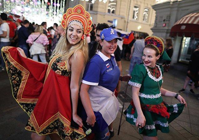 Rosyjskie kibicki świętują zwycięstwo Rosji w meczu z Egiptem