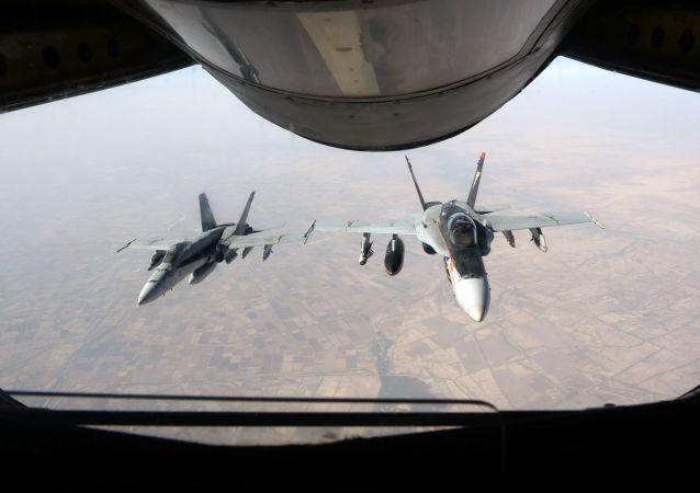 Amerykańskie myśliwce F-18 Super Hornet nad Irakiem