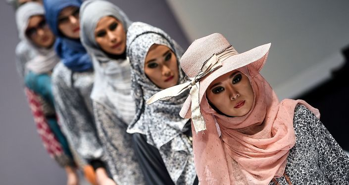 Modelki podczas demonstracji kolekcji Yan's creations na Tygodniu Mody Islamskiej w Kuala Lumpurze