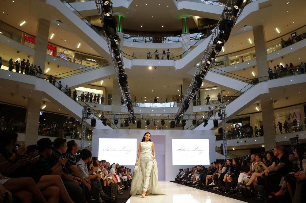 Modelka podczas pokazu kolekcji kreatora Adila Long podczasTygodnia Mody Islamskiej w Kuala Lumpurze