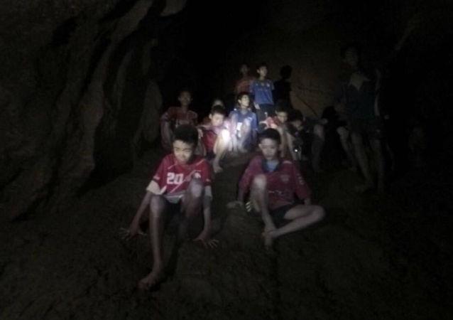 Zaginieni młodzi piłkarze w jaskini w Tajlandii