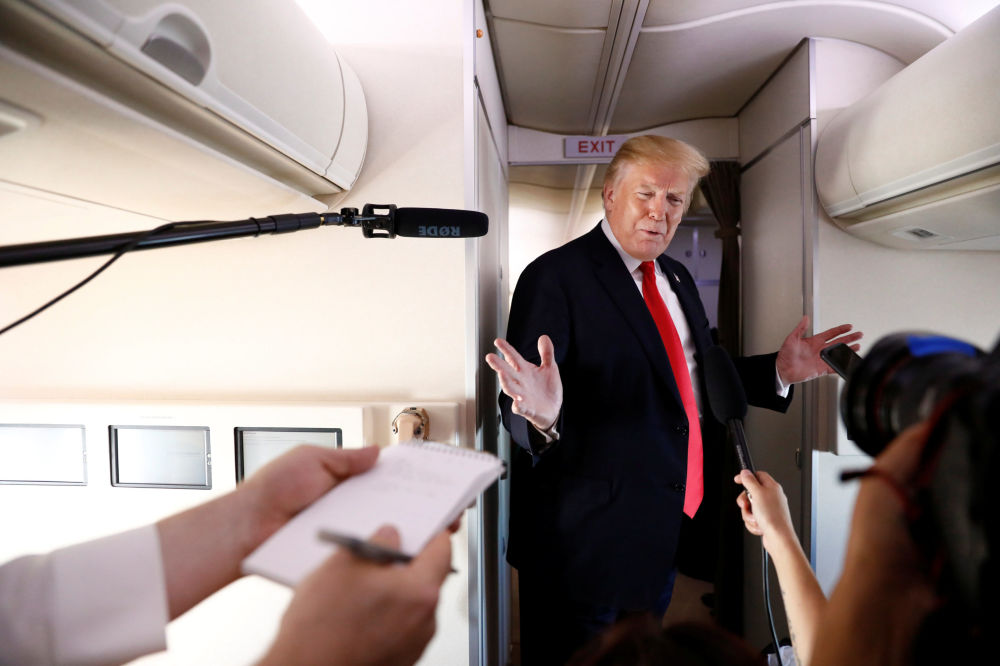 Amerykański prezydent Donald Trump podczas rozmowy z dziennikarzami podczas lotu do New Jersey