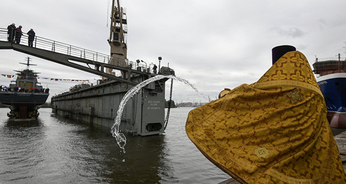 Kapłan święci korwetę Gremjaszczij projektu 2085 w Petersburgu