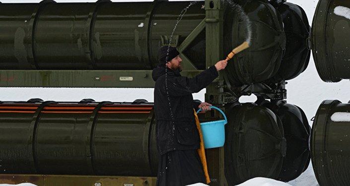 Kapłan święci systemy rakietowe S-400 Triumf
