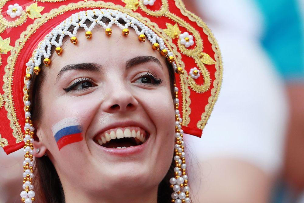 Rosjanka w kokoszniku na meczu Rpsja - Hiszpania
