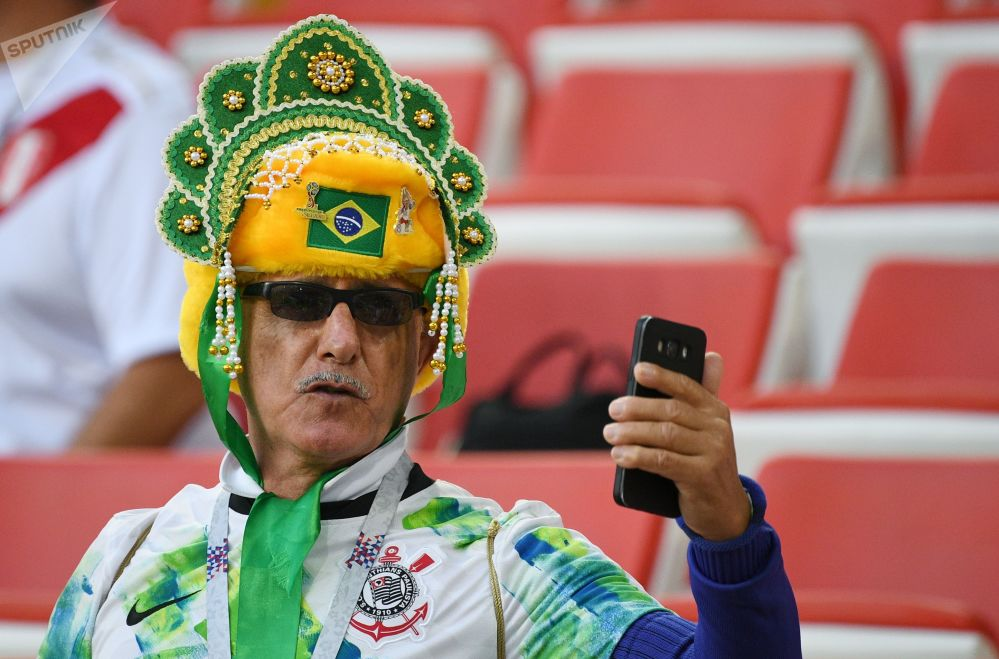 Kibic z Brazylii robi selfie w kokoszniku